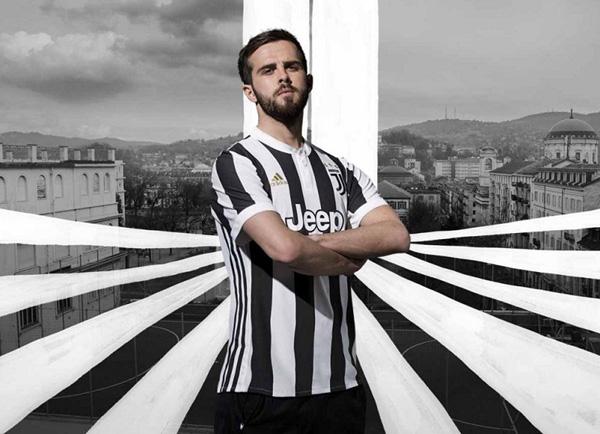 Juventus trình làng áo đấu với logo lạ mắt