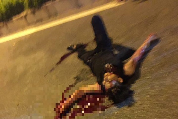 Nạn nhân dừng xe trên đường bị xiên 1 nhát dao thẳng vào giữa cổ.