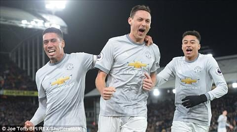 """Mourinho được ví như Sir Alex: Dùng máy sấy tóc, thắng kiểu """"Fergie time"""""""