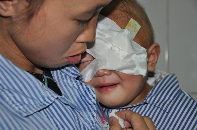 Xé lòng tiếng khóc của bé 2 tuổi bị ung thư võng mạc