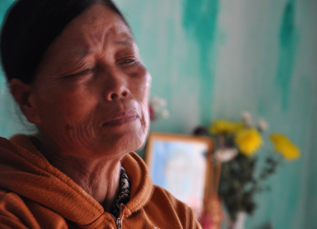 Bé 8 tháng tuổi khóc ngặt vì khát sữa bởi mẹ đã qua đời
