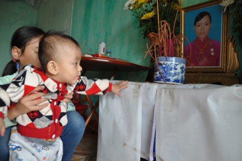 Rơi nước mắt hoàn cảnh bé 8 tháng tuổi mẹ chết bố bỏ đi khóc ngắn ngặt vì khát sữa