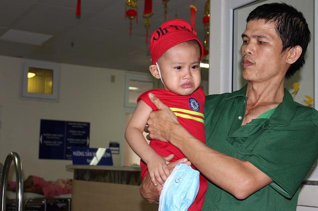 Con bệnh tật lay lắt cùng bố chăm mẹ nguy kịch trong bệnh viện