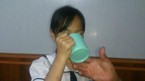 Bức xúc cô giáo lớp 3 bắt học sinh súc miệng bằng nước vắt giẻ lau bảng