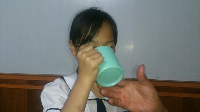 Búc xúc giáo viên phạt học sinh xúc miệng bằng nước vắt giẻ lau bảng