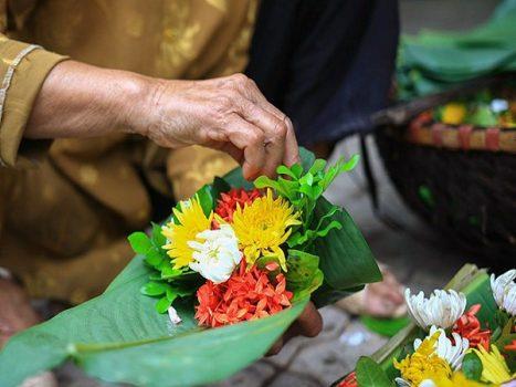 Người Việt với văn hóa dâng hoa tươi khi lễ chùa
