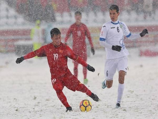 Hình ảnh Quang Hải đẹp -Chắc hẳn NHM sẽ chẳng thể nào quên được những hình ảnh cảm động của Quang Hải cùng đồng đội đã thi đấu hết mình trên sân bóng đầy tuyết trắng ở Thường Châu