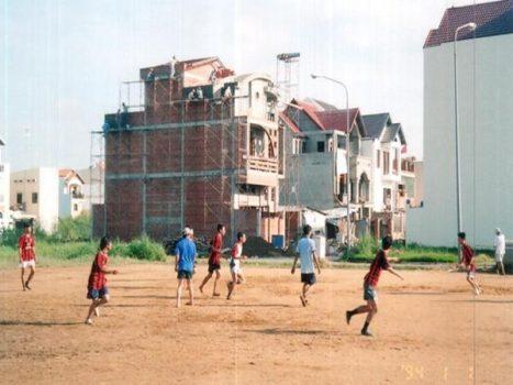 Bất cứ đâu thì trẻ em Việt Nam cũng đều chơi với trái bóng.