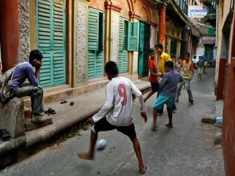 Bóng đá đường phố rất được các thế hệ trẻ yêu thích.